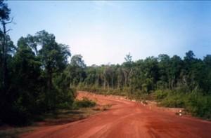 La route pour Koh Kong était encore une longue piste de terre rouge.