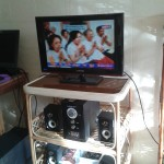 Un téléviseur relié à un ordinateur pour les émissions en ligne.
