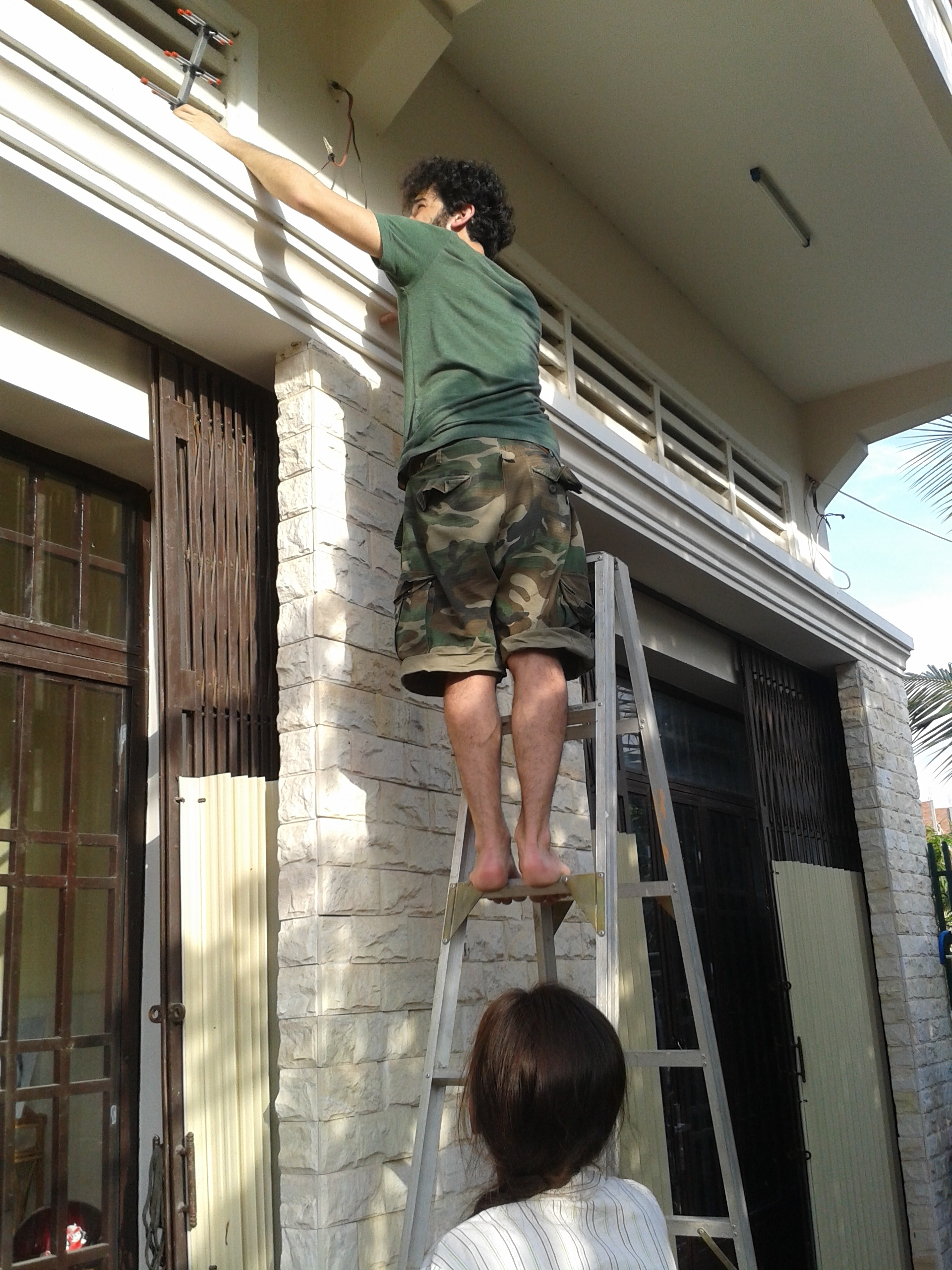 Riccardo, notre bénévole, installe l'antenne.