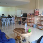 Un nouveau local tout prêt ! Avec tableau et bureaux pour les cours.