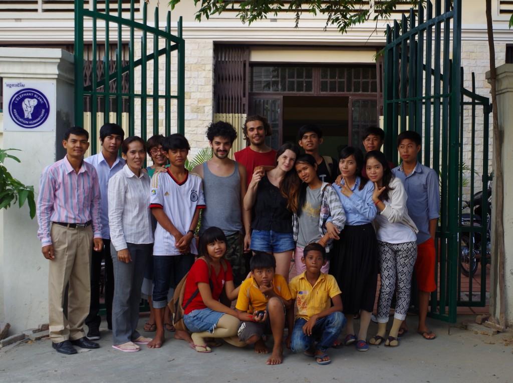 Photo de groupe devant l'Espace EB