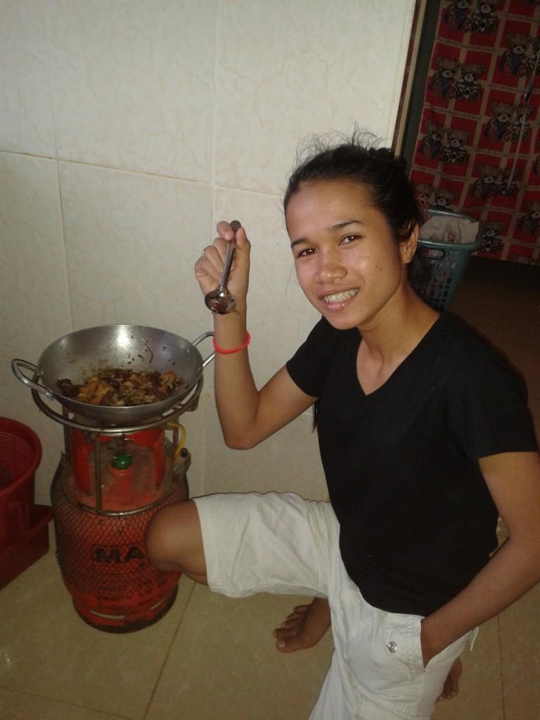 Ils apprennent à gérer leurs repas à la cambodgienne