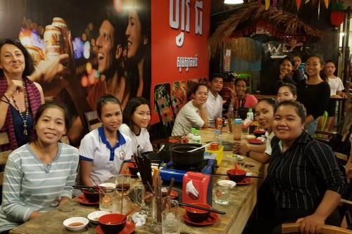 Les jeunes se retrouvent autour d'un repas